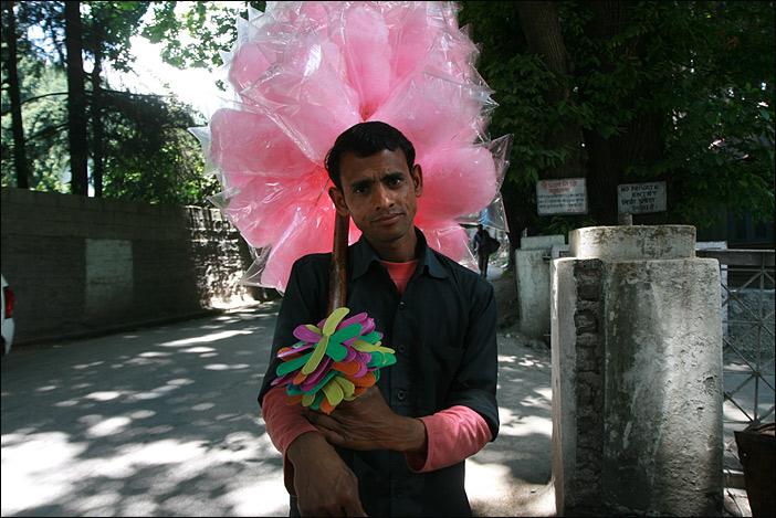 Zuckerwatteverkäufer in Manali, Himachal Pradesh, Indien, Yangla Tours, Nana Ziesche