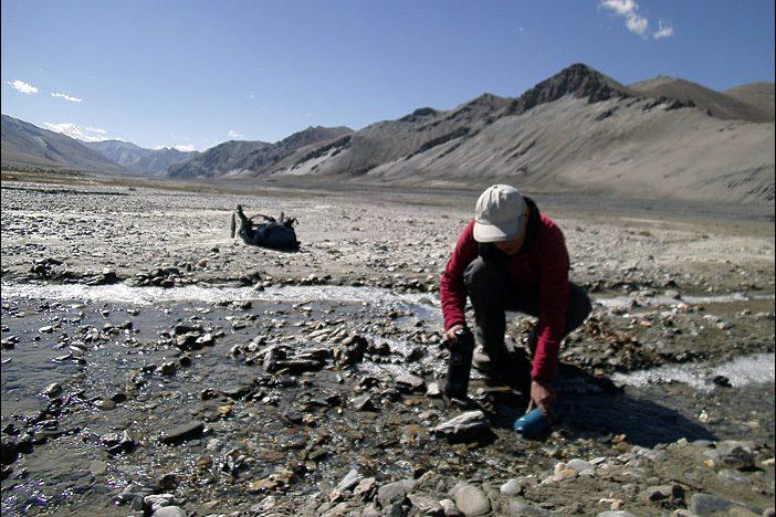 Wasser auffüllen beim Trekking