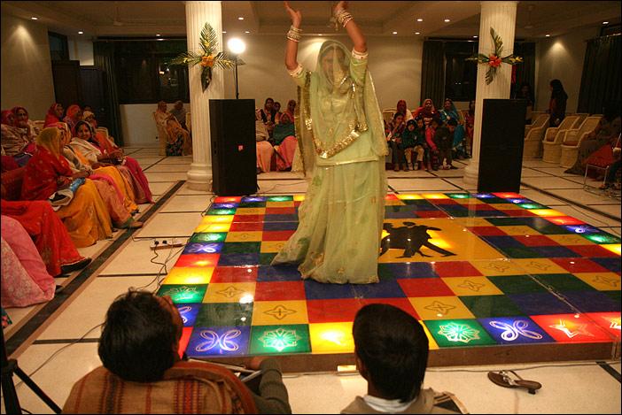 Suman tanzt auf Hochzeitsfeier