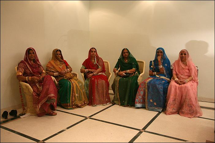 Zuschauerinnen bei einer Hochzeitsfeier