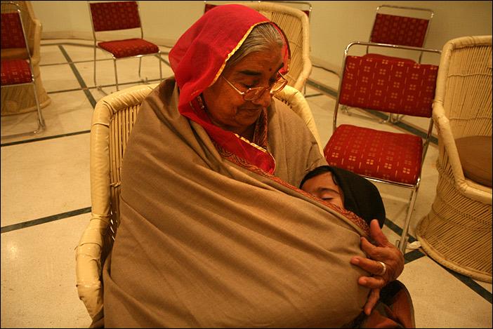 Oma kümmert sich um ihren Enkel