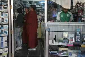 Mönche im Laden