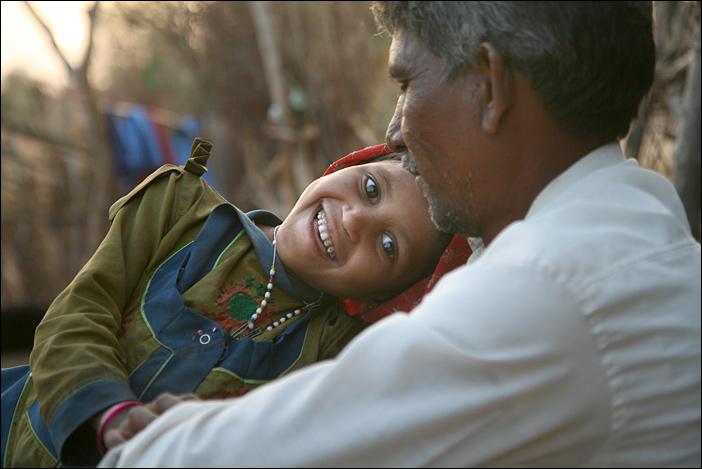 Garasia-Mädchen kuschelt mit Vater