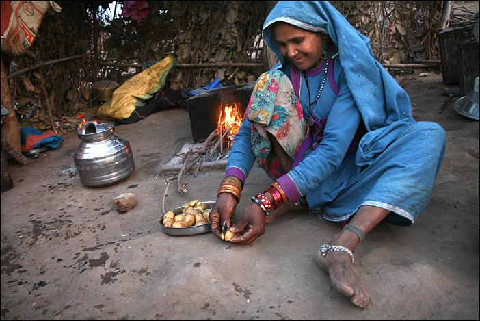 Mullibai schneidet Kartoffeln in Rajasthan